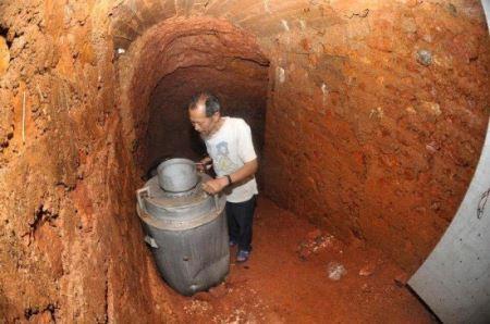 مردی که از ترس زنش 10 ساله در غار زندگی می کند! (عکس)