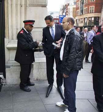 مردی با درازترین کفش های دنیا برای درک بیشتر!! (عکس)