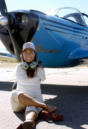 عکس های دیدنی اولین زن خلبان بدون دست!!