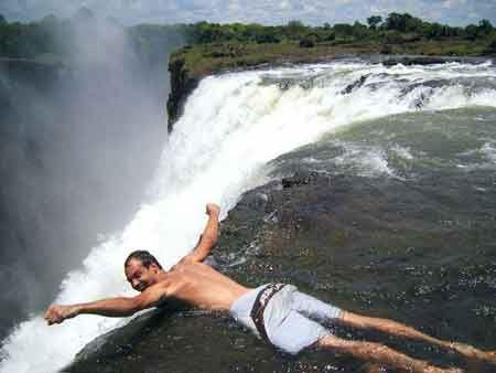 شنا در استخر شنای شیطان ! (عکس)