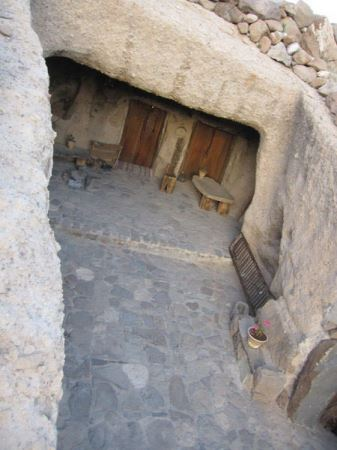 هیجان یک شب اقامت با ارواح چندهزار ساله (عکس)