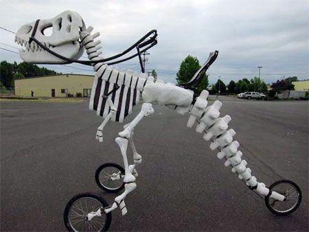 سه چرخه سواری با دایناسور! عکس