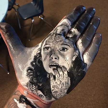 پرتره بی نظیر هنرمندان کف دست این مرد ! (عکس)