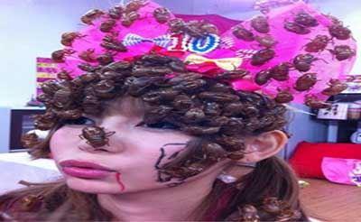 اقدام احمقانه و کثیف این دختر با سوسک های مرده (عکس)