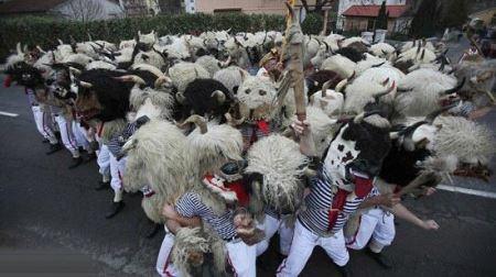 سنت بسیار عجیب برای فرار از ارواج خبیثه (عکس)