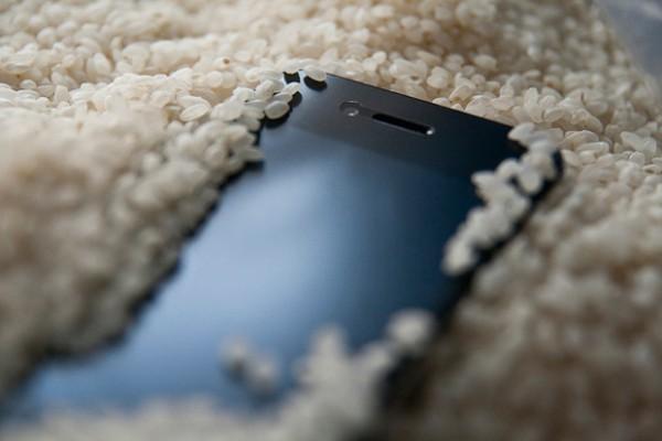 اگر تبلت یا گوشی در آب افتاد چکار کنیم؟