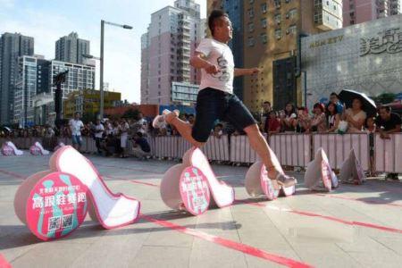 مسابقه جالب دویدن مردان با کفش پاشنه بلند! (عکس)
