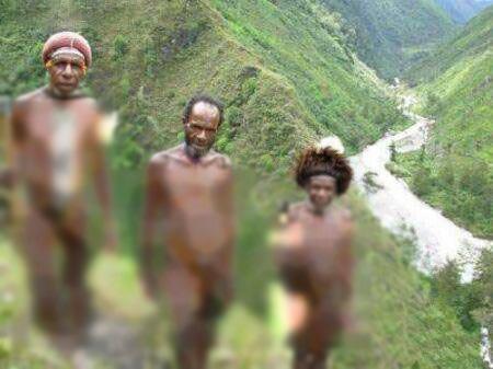 قبیله ای عجیب که بدون لباس زندگی میکنند (عکس)