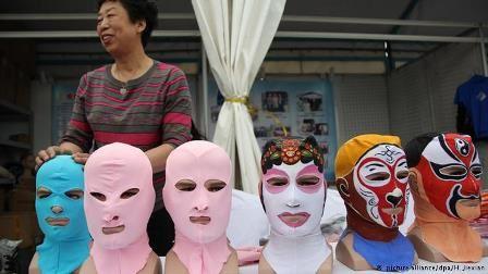 شنا کردن زنان با لباس و ماسک های عجیب (عکس)