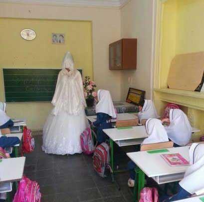 خانم معلم همدانی با لباس عروس به کلاس درس رفت (عکس)
