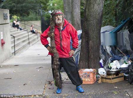 مرد بی خانمان و عجیبی با یک میلیون دلار مو (عکس)