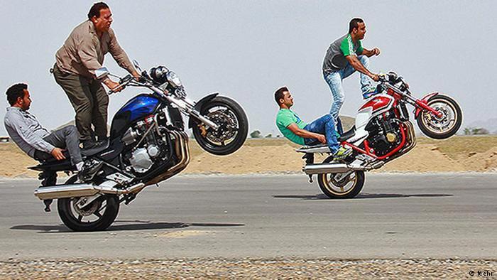 عکسهای رقص مرگ بر روی موتور؛ تفریح جوانان ایرانی