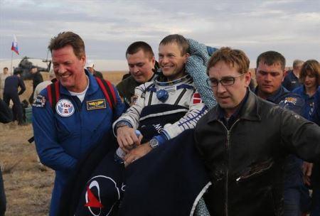 عکس هایی از بازگشت هیجانی سه فضانورد به زمین
