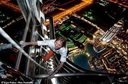 صعود جنجالی مرد عنکبوتی از آسمان خراش 75 طبقه (عکس)