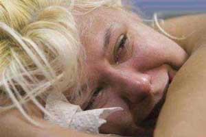 رکورد جهانی و دیدنی فرو كردن سوزن در بدن این زن (عکس)