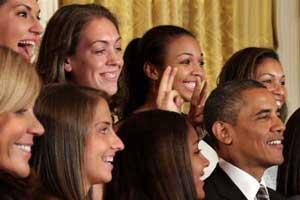 شوخی این سه دختر با رئیس جمهور صفحه رسانه ها را پر کرد (عکس)