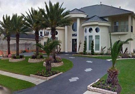 میلیونری که در چمن های کنار خیابان زندگی می کند! (عکس)