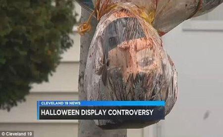 ماجرای وحشتناک اجساد آویزان جلوی این خانه (عکس)