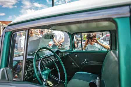 فستیوال رنگارنگ رژه ماشین های کلاسیک در تبریز