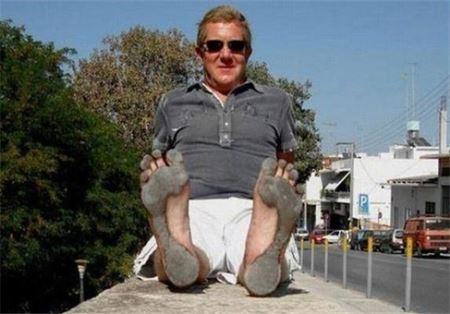 مردی که پاهایش کفش است ! (عکس)