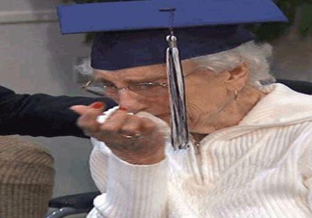 تنها زنی که در 97 سالگی دیپلم گرفت ! (عکس)