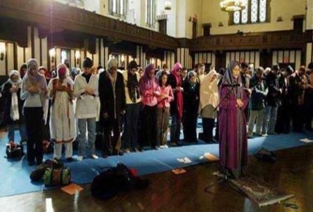 جنجال یک زن پیش نماز جماعت مختلط (عکس)