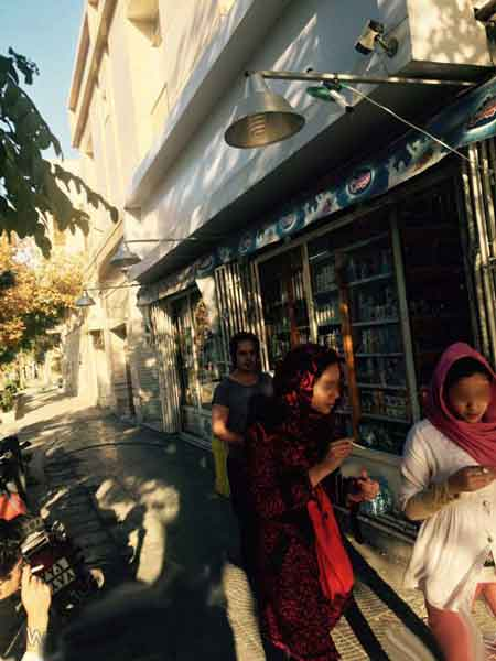 سیگار کشیدن علنی دختران در مشهد + عکس