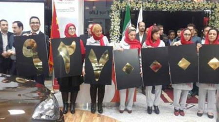 ژست دختران ایرانی برای اعلام قیمت خودروی چینی (عکس)