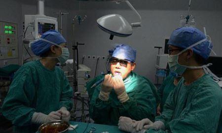 جراحی عجیب مردی روی زبانش + عکس