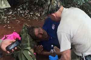 مردی که با خوردن مورچه زنده ماند ! (عکس)