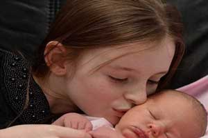 خواهر 11 ساله ای که خواهرش را طبیعی به دنیا آورد! (عکس)