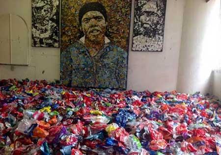 نقاشی های هنری این مرد با پلاستیک های آب شده (عکس)