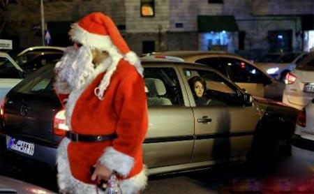 بابانوئل در خیابان های تهران در کنار مردم (عکس)