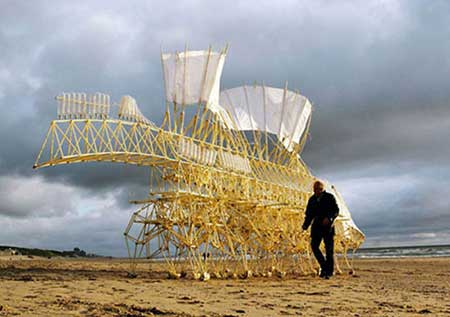 اسکلت های عجیبی که در باد حرکت می کنند (عکس)
