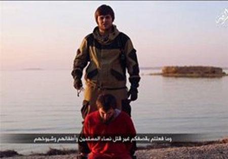 جلاد بی رحم داعش سر هموطن خود را برید (عکس)