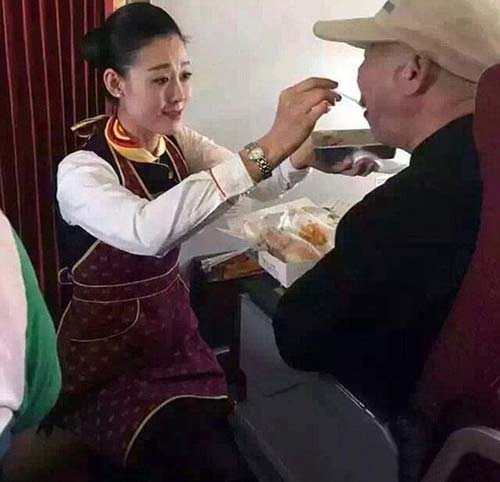 مهماندار هواپیمایی که مسافران را به گریه انداخت (عکس)