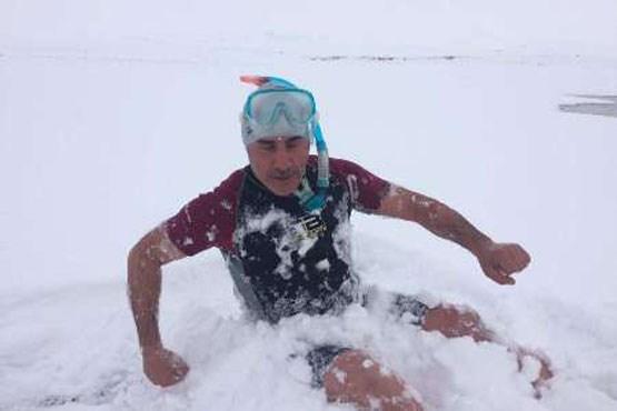 مردی که در دمای منفی 18 درجه شنا می کند (عکس)