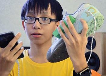 اختراع جالب جواب دادن تلفن همراه با پاها ! (عکس)