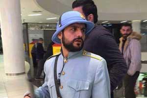 جوانان تهرانی با تیپ رضاشاه قاجار در پاساژ (عکس)