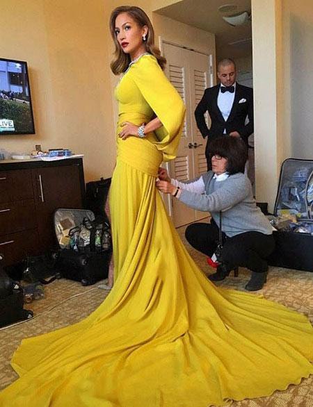 عکس های زیبای جنیفر لوپز در حال پوشیدن لباسش
