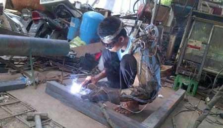کار کردن پسر استثنایی با بازوی مصنوعی (عکس)