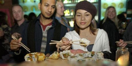 در این رستوران مردم روی بدن دختران غذا می خورند (عکس)