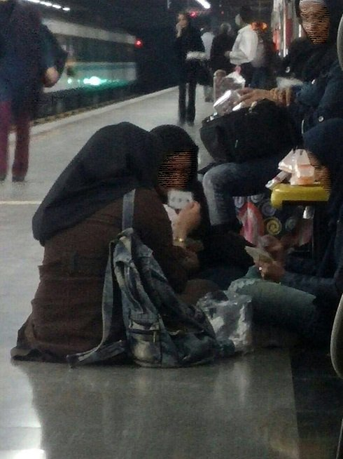 عکسی از پاسور بازی دخترها در مترو تهران