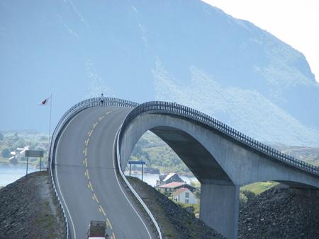 پل ترسناکی که به ناکجا آباد راه دارد! (+تصاویر)