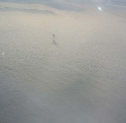 مرد عجیبی که روی ابرها قدم می زند (عکس)
