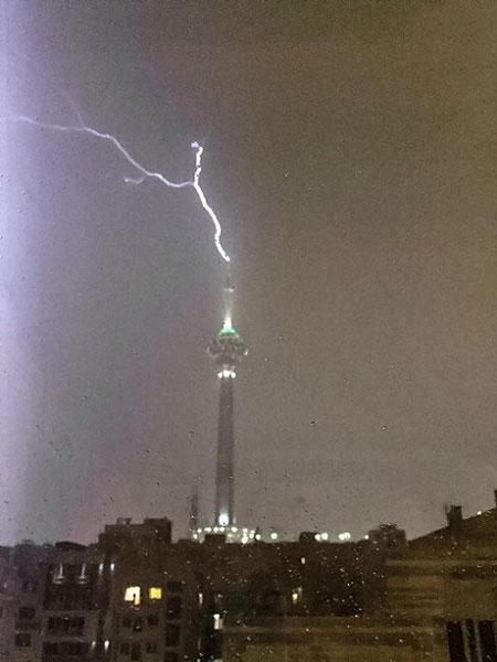 وقتی صاعقه به برج میلاد اصابت می کند (عکس)