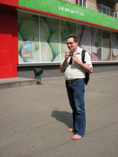 این مرد 10 سال است که همه جا پا برهنه می رود (عکس)