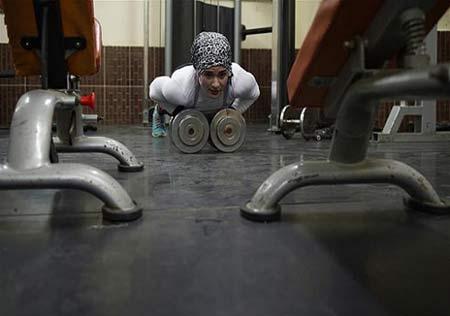 عضلات بزرگ و اندام جذاب این دختر بدنساز مسلمان (عکس)