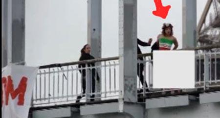 زن معترض به روحانی خودش را برهنه آویزان کرد (عکس)