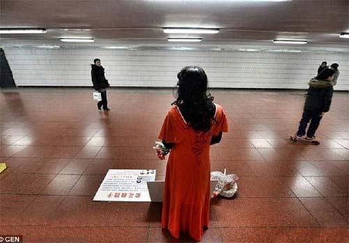 گلفروشی مردی در لباس زنانه برای هزینه درمان پسرش